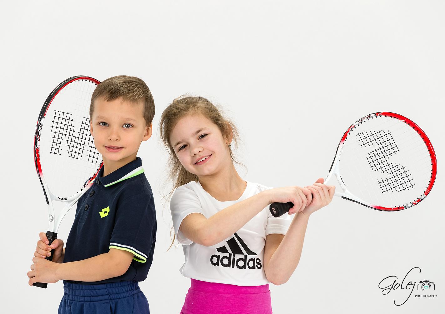 Deti hraju tenis