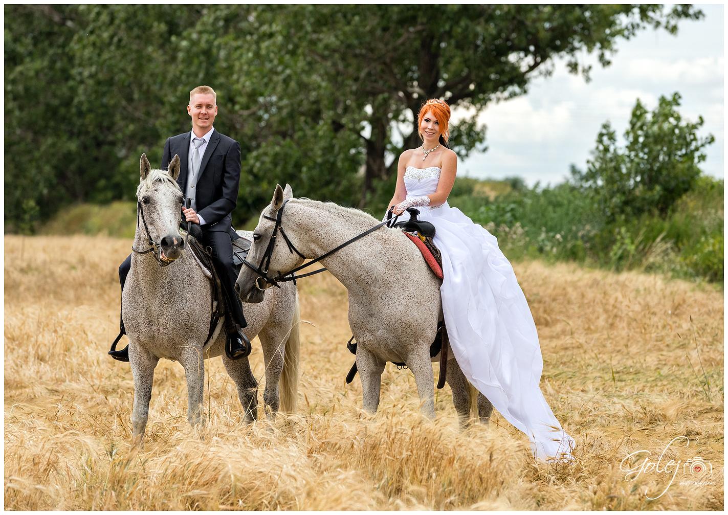 Nevesta a ženích na koníkoch